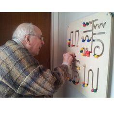 Quadro de atividades para pessoas idosas com demência   Pathfinder Activity Board an alternative to pictures