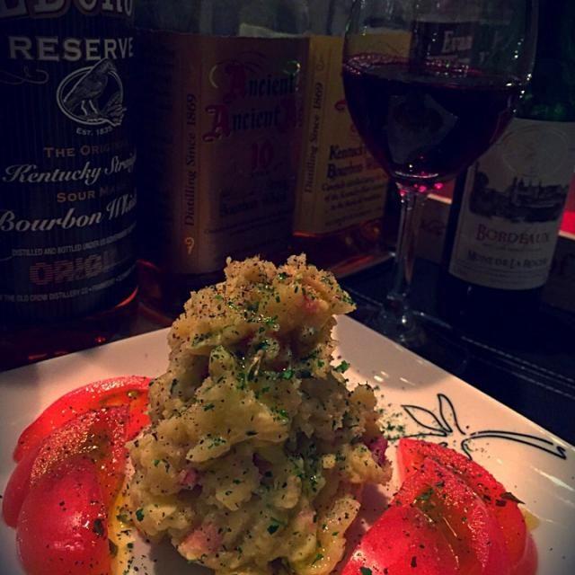ちびめがちゃんから大量のジャガイモが届きました(^^)  ジャガイモ料理しらんので、 初めてポテサラなんて作ってみました。  おいらマヨネーズ嫌いなので 味付けはアンチョビとカリカリベーコン つなぎにマヨを少量。 仕上げは、もこみち風に追いオリーブ。  うーん。美味いではないか。 赤ワインに合うのだ。  ちびめがちゃんおおきに。 次はポトフですなー(^^) - 48件のもぐもぐ - ポチトサラダ by lovepochiko