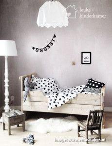 De leukste zwart witte kinderkamers, leuk dekbed in houten bedje, zwarte letterslinger ssssssst - (re)pinned by www.leuke-kinderkamer.nl