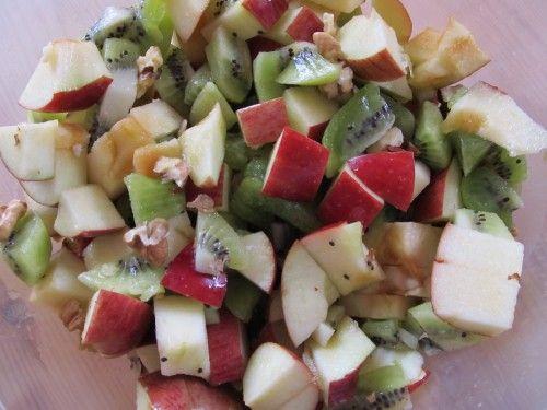 Salát z jablek, kiwi a vlašských ořechů