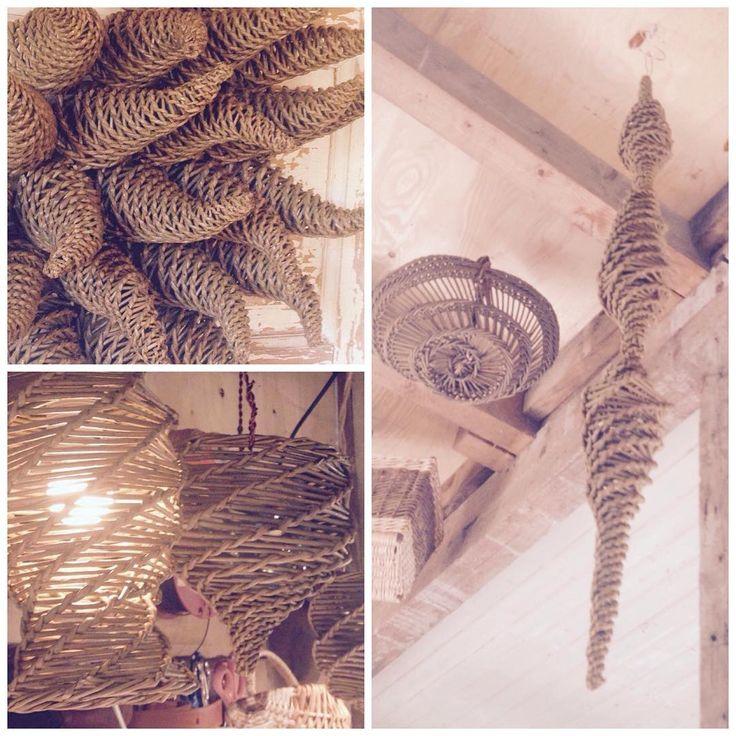 Doing a simple but very enjoyable weaving technic this week called spiralweaving. Or #rangleflett# spiralweaving#skovstuenpil#kurvmaker#basketmaker#kurvmakerskolen#pileflett#fletting#lamper#