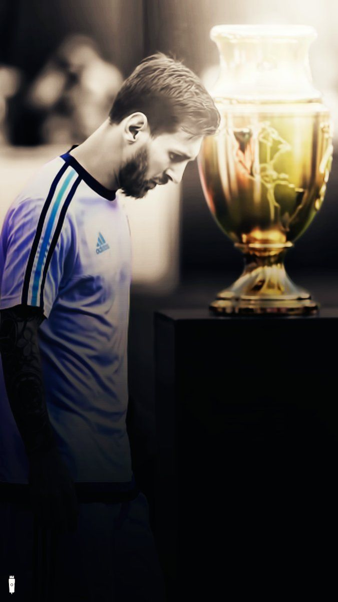 Argentina Greatest Leo Messi walked pass by trophy after defeated 2nd time back to back from Chile in Copa America 2016 Final #Argentina #LeoMessi #Messi #Chile #CopaAmerica2016