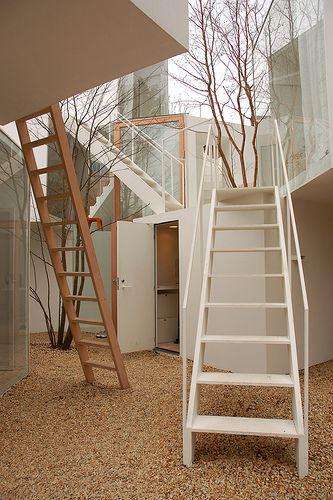 tiene muchas escaleras jaja para subir y bajar jaja