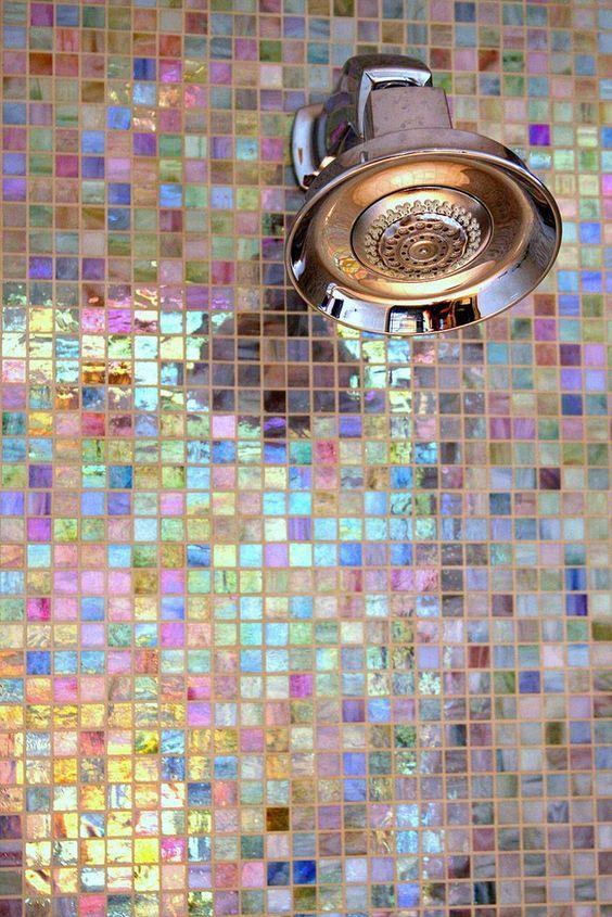 Inspiratie badkamer droomhuis: Ontwerp van de badkamer met bad, inloopdouche, mozaïek tegels glas mozaïek, badkamermeubel en design