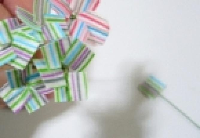 マスキングテープはアレンジ自在!こんなかわいい花も作ることができるのです。インテリアに、プレゼントやカードに添えてみてはいかがですか。