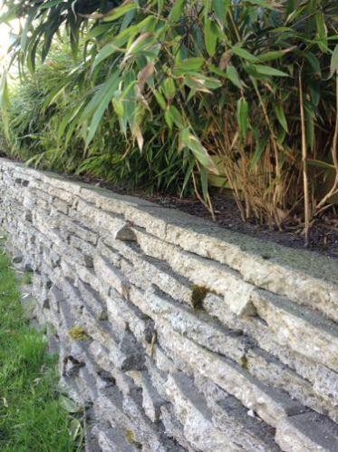 Plantenbak van gebroken stoeptegels! Stoeptegels zijn vaak over en gratis op te halen. Je breekt ze door een tegel rechtop in de grond begraven en de andere tegels hierop kapot te laten vallen/ gooien. Netjes stapelen en klaar!
