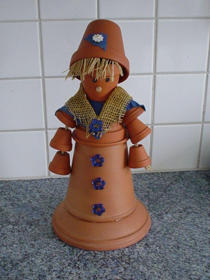 Personnage avec pots en terre cuite