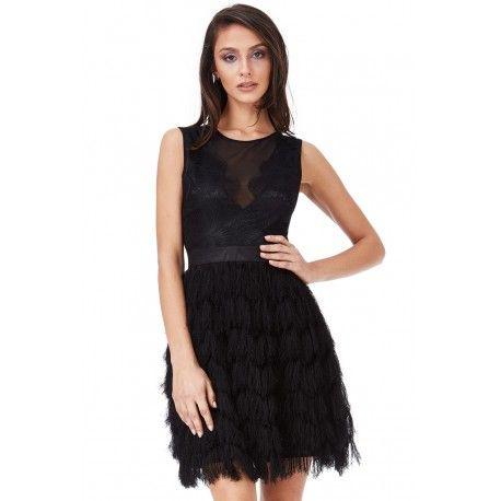 Modna, czarna sukienka na sylwestra z kobiecym, koronkowym dekoltem. Sukienka rozkloszowana z frędzlami. Koktajlowa sukienka na sylwestra z frędzlami. Polecamy.