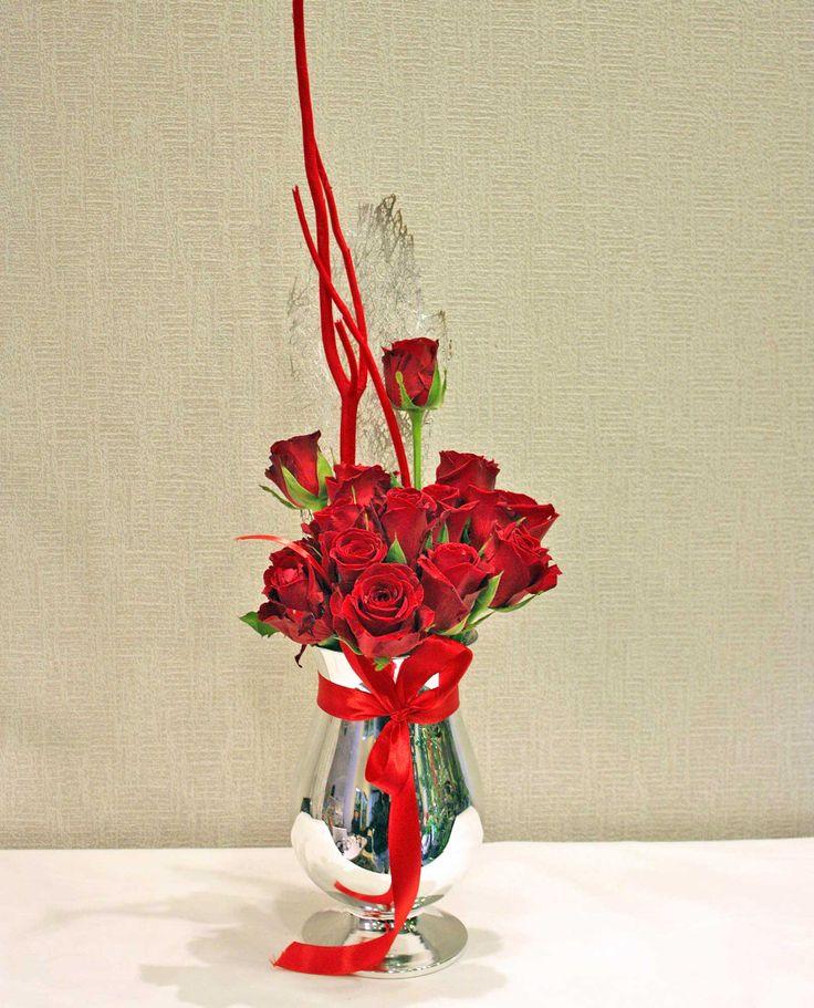 Ασημένιο βάζο με τριαντάφυλλα και αποξηραμένο φλοιό