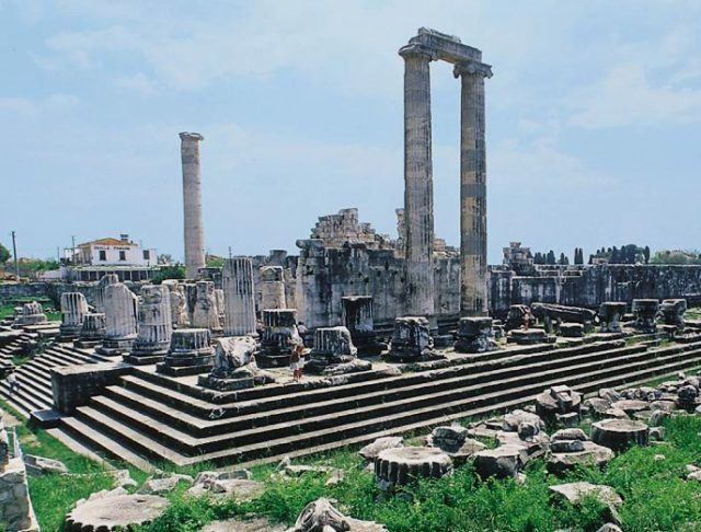 Doğa Harikası FETHİYE - Letoon Antik Kenti: Tanrıça Leto,Tanrıça Artemis ve Tanrıça Apollon'a adanmış 3 tapınağı ile ünlüdür. Arkeoloji kazıları Tiyatrosu, Agorası,Stadyum-Hamam kompleksi ve anıt mezarları ile son yıllarda bölgenin ilgi odağı haline gelmiştir.