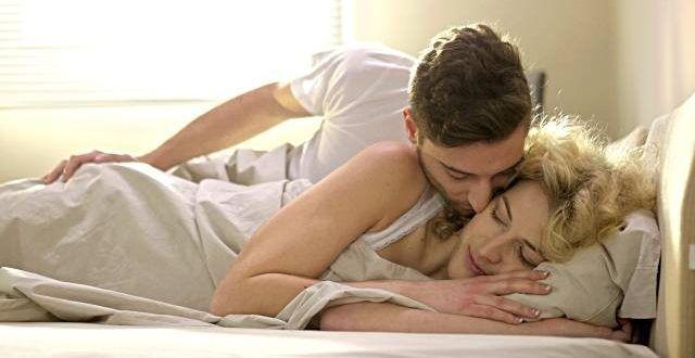بوسه های عاشقانه در تخت خواب Couple Kiss In Bed Kissing Couples