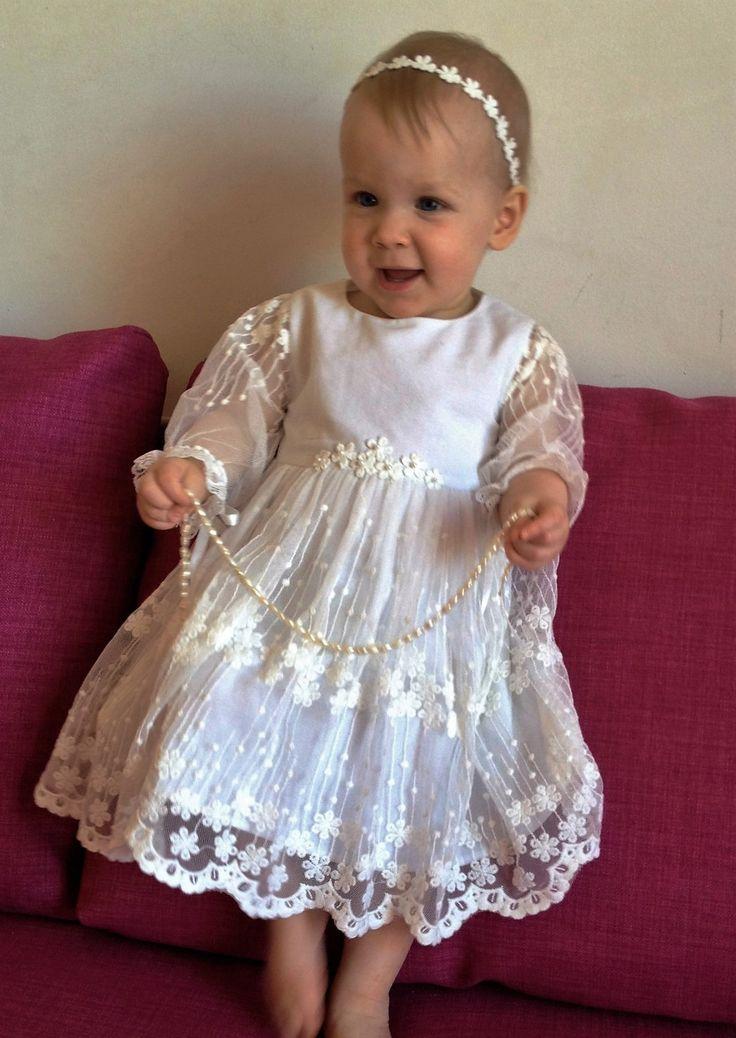 ¡ATENCIÓN!!!! TIEMPO DE PROCESAMIENTO PARA TODOS LOS PEDIDOS EN EL MOMENTO ES DE 3 SEMANAS + TIEMPO DE ENVÍO. ¡NO DUDE EN ME MENSAJE SI TIENES PREGUNTAS!  Bebé niña vestido apropiada para bautizo, boda, primera comunión. Hecha de tejidos naturales de alta calidad: capa superior y la guarnición del vestido es suave de algodón, falda de top - encaje de Venecia. El vestido es ligero y fácil de usar. El cierre es de cremallera invisible en la espalda. Mangas de tul transparente le da un poco de…