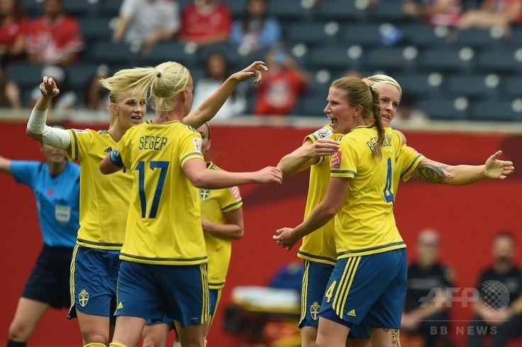 女子サッカーW杯カナダ大会・グループD、スウェーデン対ナイジェリア。得点を喜ぶスウェーデンの選手(2015年6月8日撮影)。(c)AFP/JEWEL SAMAD ▼8Jun2015AFP|スウェーデンとナイジェリアは引き分ける、女子サッカーW杯 http://www.afpbb.com/articles/-/3051101 #2015_FIFA_Womens_World_Cup