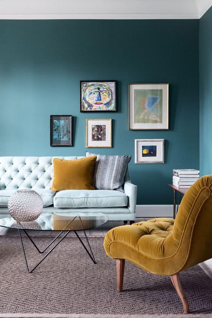 Salon De Paredes Azules Sillon Celeste Y Otro Amarillo Mostaza Living Room Color Schemes Living Room Colors Blue Living Room