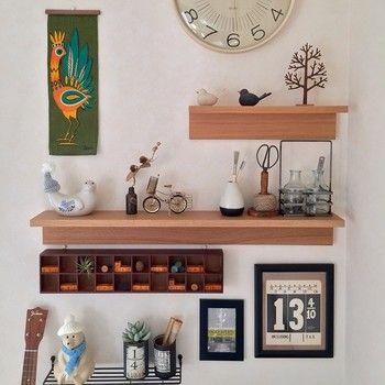 日用品がおしゃれに飾れる棚は、いくつあってもいいですね。机に散らかりがちな文房具もこんな風に棚にひとまとめに片付ければ、「あれっ?はさみがない?」と探す心配もありませんよ。