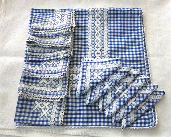 VINTAGE BORDARON EL MANTEL, MANTELES, SERVILLETAS  DESCRIPCIÓN Este mantel, manteles, servilletas y manteles están hechos de algodón de algodón azul y blanco y han sido hechos a mano. Están dobladillados y bordes con blanco ric rac trenza y han sido bordado con hilo blanco grueso o lana para crear un borde que parece esquinas así como flores de la cinta. Hay un mantel 6 manteles individuales y 6 servilletas. La primera foto muestra a todos juntos, la segunda foto muestra un cuarto del…