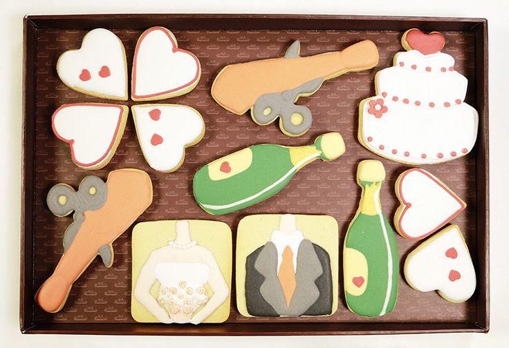 Pack de 20x30 cm con 13 galletas decoradas con glasa artesanas, formado por 1 novio, 1 novia, tarta novios, 2 corbatas con tijera, 2 botellas champán y 6 corazones. Diseño original Galletea. http://www.galletea.com/galletas-decoradas