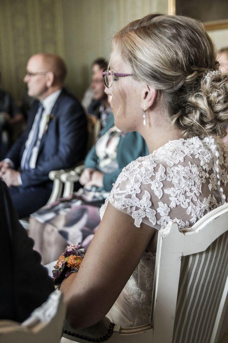De mooie bruid geconcentreerd luisterend naar de trouwambtenaar. Harteliefwedding fotograaf huwelijksfotografie vollenhove blokzijl marknesse met oog voor detail en speciale momenten bloemen van bloemenC