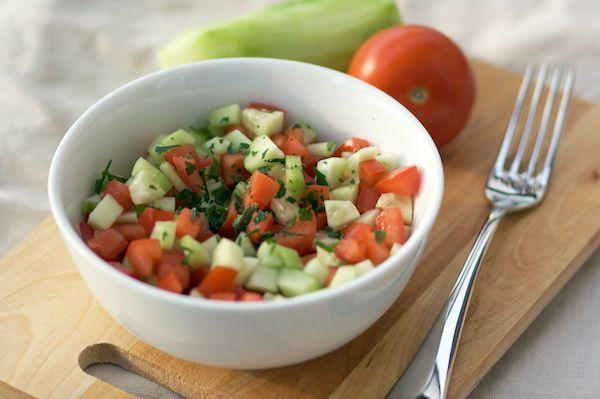 L'insalata israeliana è un must estivo: è semplice, velocissima e davvero buona. In Israele questa insalata è sicuramente il contorno più gettonato, più delle patatine fritte o di qualsiasi altra verdura, perchè è va bene con qualsiasi piatto ed è molto fresca (lì in Agosto ci sono 40 gradi e un'umidità pazzesca). Per due porzioni …