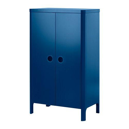 BUSUNGE Garderobekast IKEA Diep genoeg voor standaard kleerhangers voor volwassenen. Deuren met ingebouwde demper, gaan langzaam en zachtjes dicht.