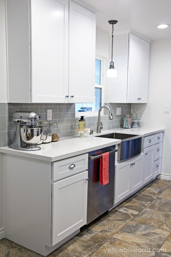 Are you considering a farmhouse sink? Torn between a stainless steel farmhouse style kitchen sink and a classic white one? Here are several stunning kitchens with beautiful stainless steel farmhouse style kitchen sinks.