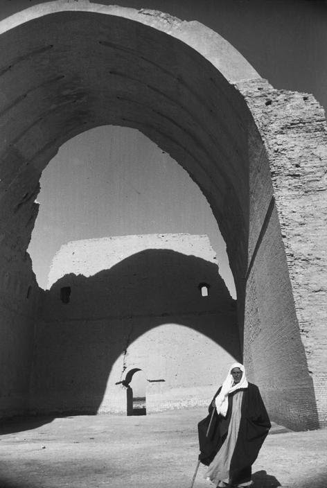 Arche double... / Photo by Henri Cartier-Bresson.