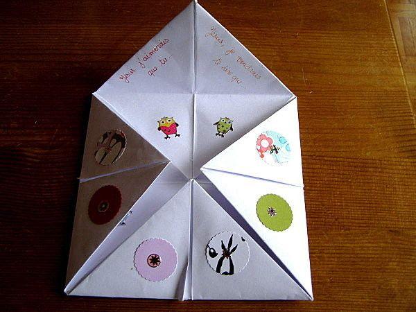 Fabriquer la cocotte en pliant le papier. Coller ou faire des dessins sur chaque triangle. Marquer dessous chaque triangle le début d'une prière, par exemple : Jésus je te demandes que... exemples ...
