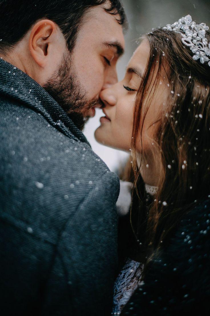 Winter wedding. #rustik #рустик #marrie #sex #wedding #dream #weddingphoto #weddingdress #crown #tiara #weddingvibes #fashion #свадьба #свадебное платье #тиара #жених #невеста #married #kiss #bride #simplebeyond