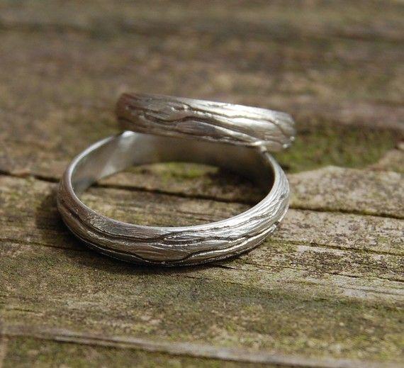 Ich liebe die Natur und die Bäume sind einer meiner Lieblings-Dinge zu prüfen, wenn ich außerhalb. Dieser Ring ist nach der großen schönen Struktur modelliert, die ich aus meinem Studio sehen kann. Die Rinde ist dick und tief veined.  Dieser Ring ist wunderbar für eine äußere trauung oder für Naturliebhaber.  Diese 4mm ist die gewölbte Band 10kt weiß, Rose oder Yellow Gold lieferbar. (Bitte Convo mich für 14kt Gold oder Silber Preis) Ich Patina die Rillen der Band machen die Rinde mehr…