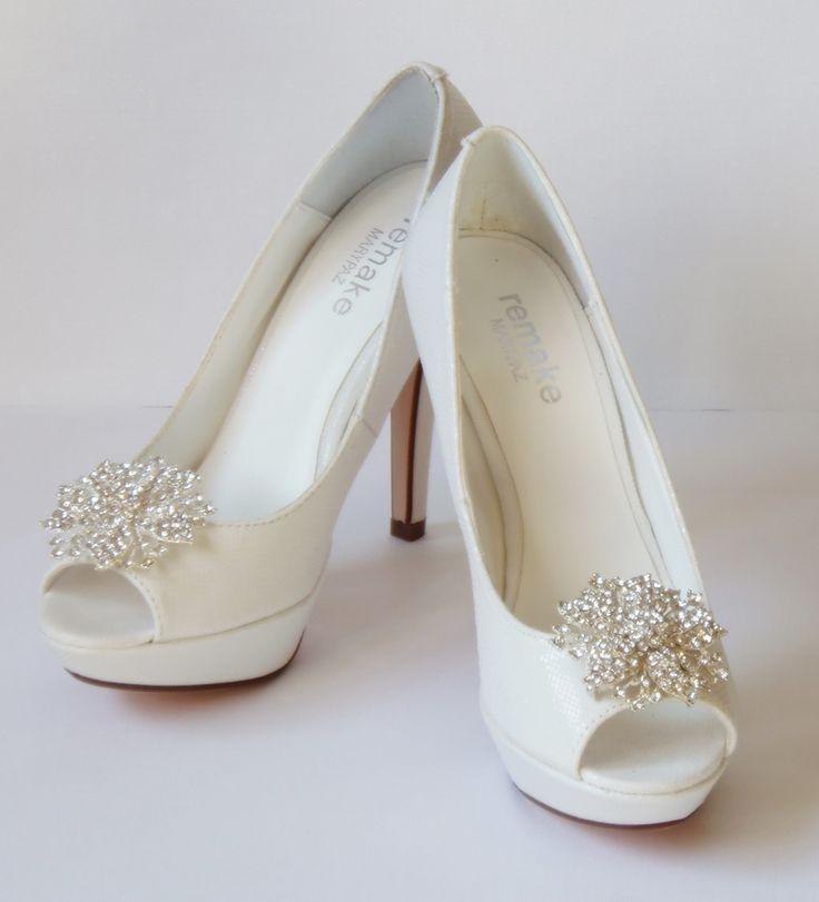zapatos de novia | zapatos de novias ¿Vas a necesitar un fotógrafo? Te invitamos a mirar nuestras fotos en http://riomarfotografosdeboda.com  wedding #shoes