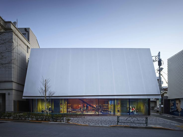 Швейцарское бюро Herzog & de Meuron построило здание бутика Miu Miu в Токио. Бутик максимально замаскирован под окружающую городскую среду. Привлекать взгляды должен зеркальный блеск навеса, в котором человек не видит ничего, кроме собственного отражения.