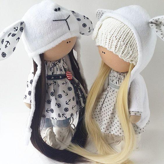 Стоят перешептываются, желают друг другу хороших мам блондиночка в резерве, мама ужк ждет ее. А брюнеточка ждет маму, рост 28 см, стоит самостоятельно, одежда не снимается. #handmade #decor #doll #кукла #тильда #сделайсам #ручнаяработа #рукоделие #интерьер #интерьернаякукла #интерьернаяигрушка #подарок #кукларучнойработы #leanna_dolls