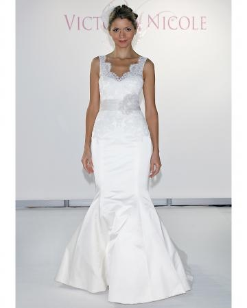 Lace v-neck with trumpet skirt. Victoria Nicole.