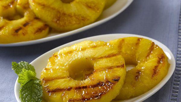 Ovoce na gril. Když uhlíky dohasínají, ananas sládne a získává celé bohatství chutí http://life.ihned.cz/jidlo/c1-60148700-ovoce-na-gril