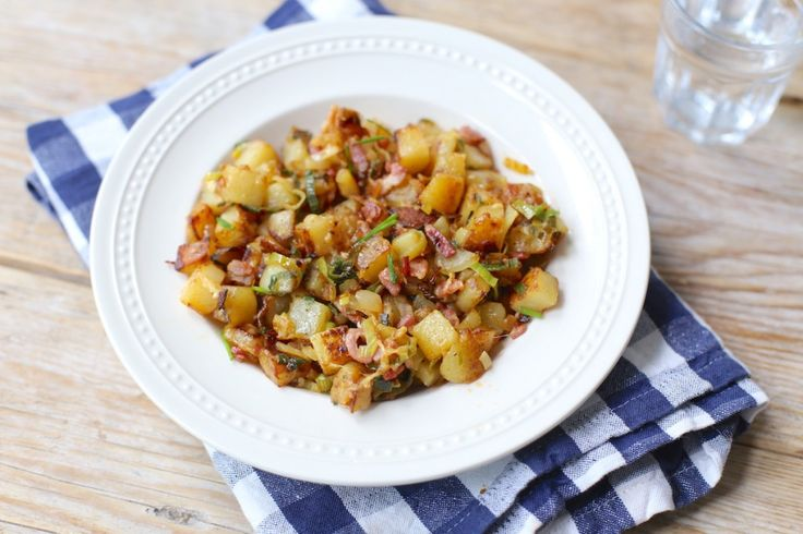 Wil je eens iets anders dan gekookte of gebakken aardappeltjes? Maak dan eens deze aardappelschotel met onder andere spek en prei. Lekker met een salade.