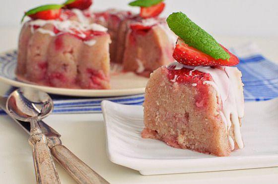 Παραδοσιακός σιμιγδαλένιος χαλβάς στην ανοιξιάτικη εκδοχή του με φράουλες. Μια νηστίσιμη συνταγή(από εδώ) για ένα αγαπημένογλύκισμα που ηπροσθήκη φράουλα