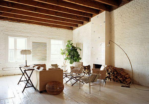 Interno newyorkeseI mattoni a vista sulle pareti ridipinte di bianco e le grosse travi in legno dei soffitti. Sono tutte tracce del passato industriale dello spazio che Marco Pasanella ha scelto per v