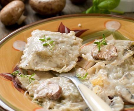 Perfetti per un pranzo in famiglia o una cena di lavoro impegnativa, i ravioli al sugo di funghi sono l'ideale per fare bella figura in tavola!