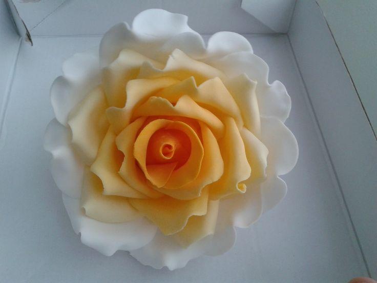 Gele roos gemaakt voor op de taart!  Karlijne van der Vos
