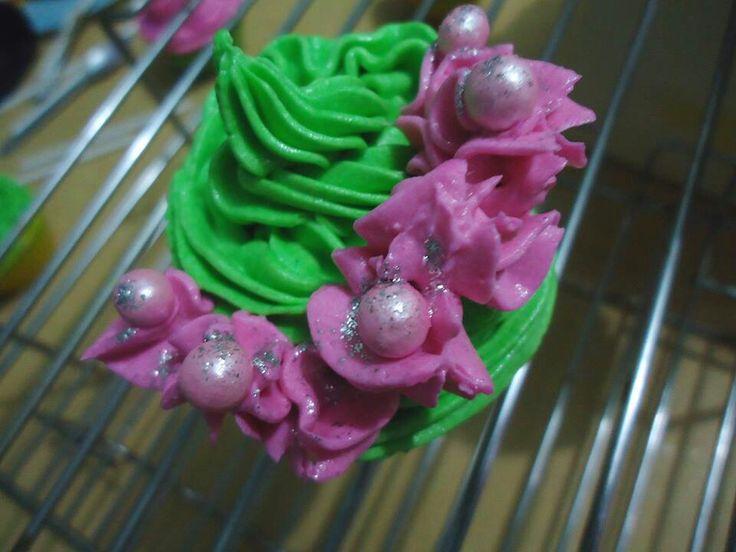 Garden Cupcake with Pink Flowers #chocolate #cupcake #buttercream #frosting #ZuckerAmor