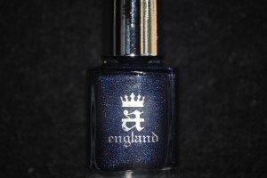 Noční modrá obloha s hvězdným zábleskem a zářením. Lak na nehty z Anglie.