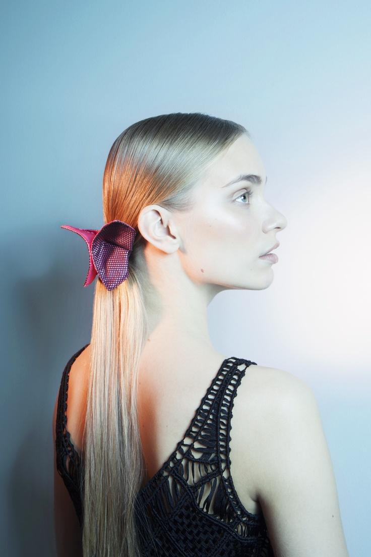 Kirsi Nisosen suunnitteleman Paradise of Japan -malliston Haru hiuskoriste.    Origamiperhosen muotoinen koriste, jossa kiinnitys rintaneulalla tai 4,5 cm pituisella hiusklipsillä.
