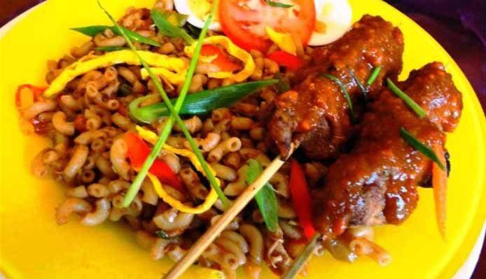 Surinaams eten – Javaanse Macaroni (macaroni met Javaanse saté)