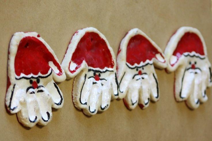 Baby Handabdruck als Weihnachtsmann Gesicht dekoriert