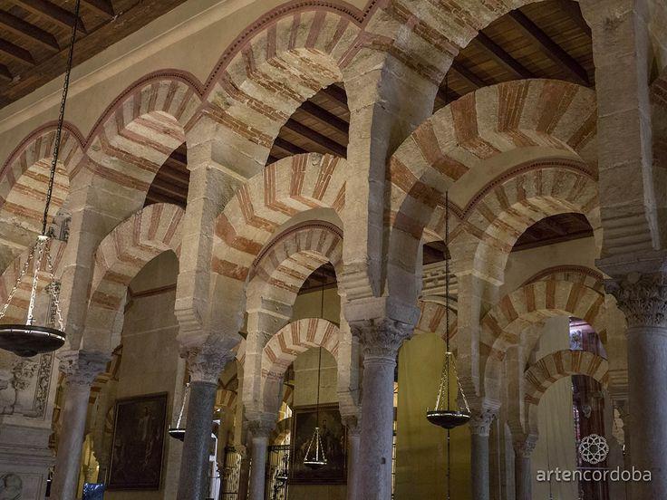 Arquerías de 2 niveles de arcos: de herradura los inferiores y de medio punto los superiores. Alternancia entre dovelas de ladrillo y piedra Mezquita Aljama de la Córdoba Omeya