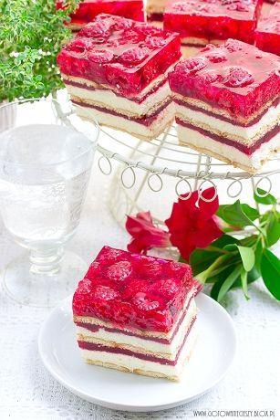 To jedno z najlepszych ciast malinowych jakie do tej pory zrobiłam. Ciasto z masą grysikową, musem malinowym, galaretką i świeżymi owocami. Bez pieczenia, co