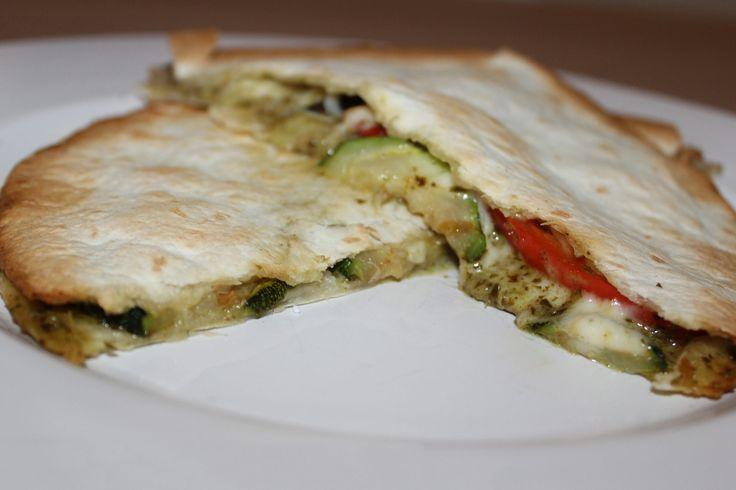 Met quesadilla's kan je eindeloos variëren. Zo besloten we om een heerlijke vegetarische combinatie te maken met gegrilde groenten, mozzarella en pesto. Bereiding Verwarm de oven voor op 200 graden. Snijd de aubergine en courgette in plakjes en de paprika in reepjes. Pak een grillpan en laat hier de olijfolie goed in warm worden. Grill...