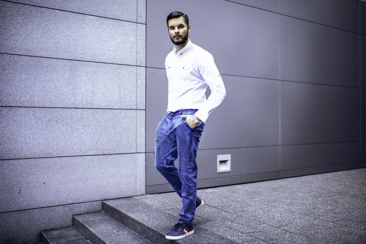 Minimalistic yet impressive styling from Bolf. A white shirt with a button-down collar looks outstandingly matched with a navy blue chinos. The only sports details in this set are comfy shoes and a big watch.