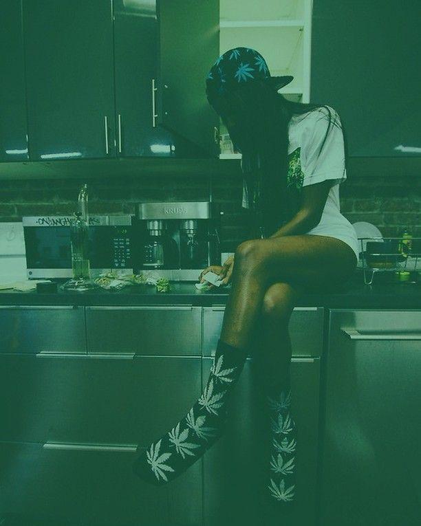 Kronic Krushers RED Best Grinder for Weed Tobacco Marijuana & Herb  Durable Zinc Alloy  4 Parts Hand-Grinder Magnetic Cap Free Vape Pen Dry Herbal Vaporizer  2oz Stash Jar  #weedgirls #420 #snoopdoggvape #freetitan1 #vapepen #weedvaporizer #lilwayne #weed