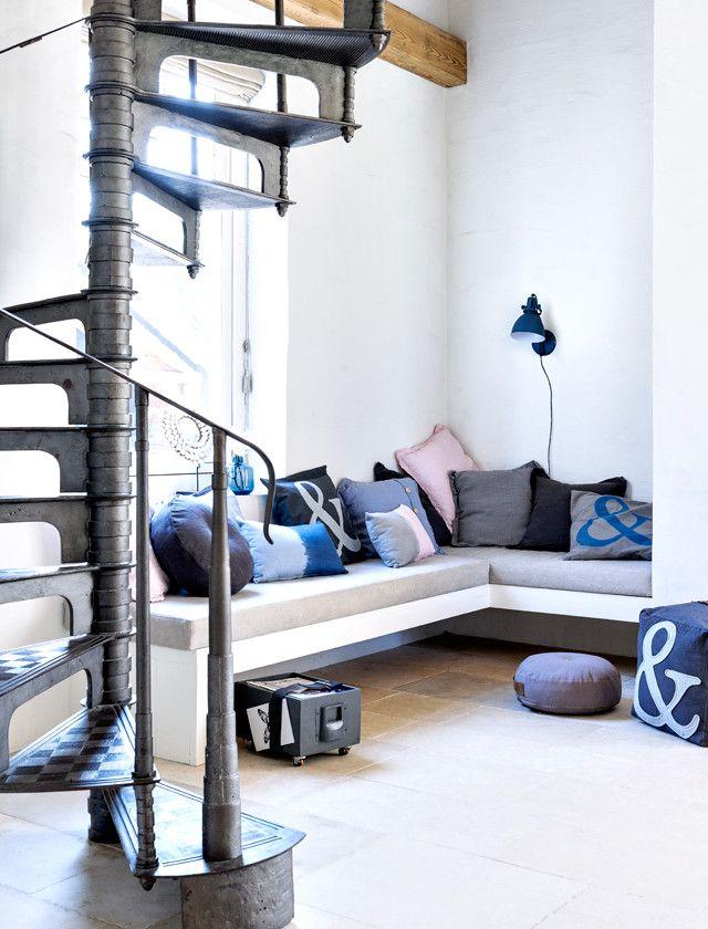 Creeer een fijne loungeplek met een lekkere stapel 101 kussens en varieer in vorm en kleur - via 101 Woonideeën #leenbakker #101woonideeen